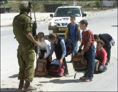 12 Bambini palestinesi fermati ad un Check point (1)